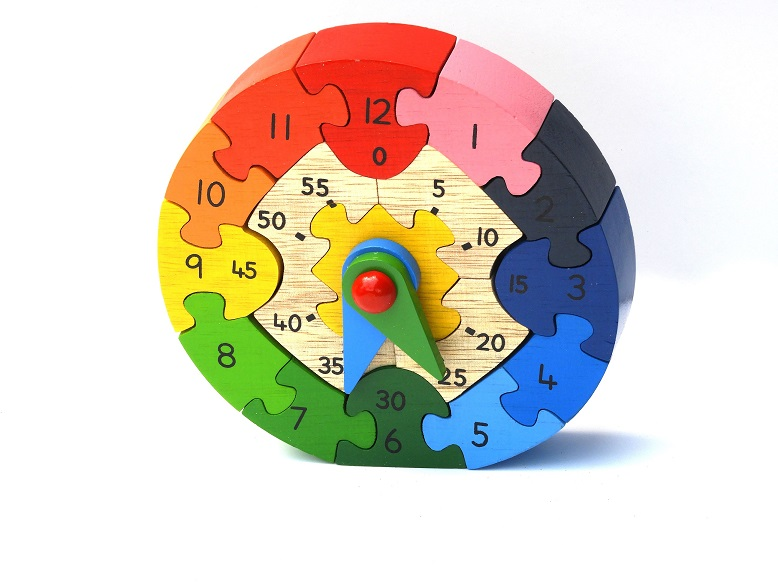 Learning the Time with a Wooden Clock Puzzle