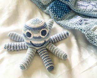 rsz_1pale_blue_octopus_and_blanket